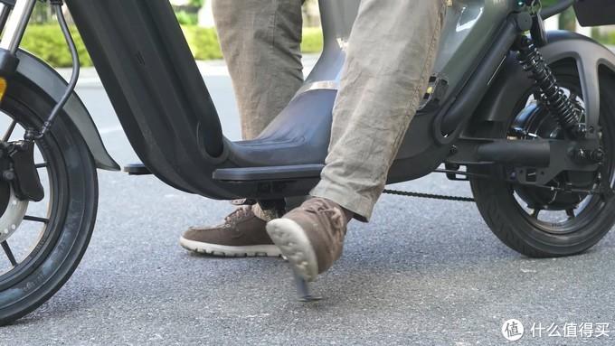 这样的脚踏和脚撑,一定程度上降低了使用体验