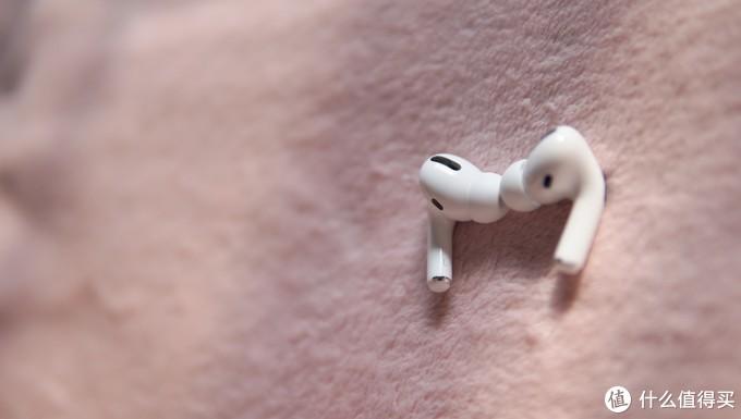 耳机包含外向麦克风与内向麦克风