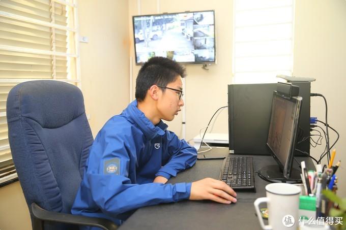 不管是办公室还是户外,自由兵猎隼战术冲锋衣都能胜任。