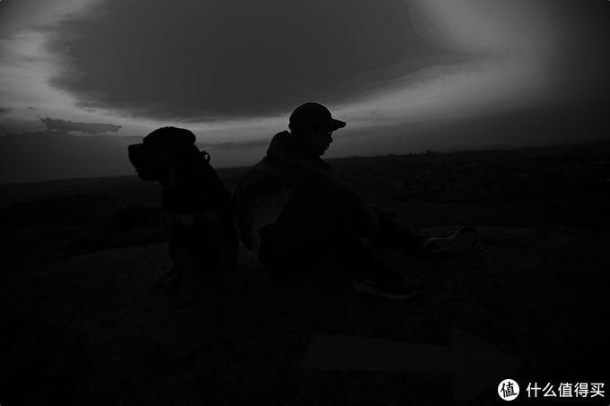 夜幕降临,凉意习习,在津巴布韦这个昼夜温差比较大的地方,自由兵猎隼战术冲锋衣很好滴适应了各种环境和温度。
