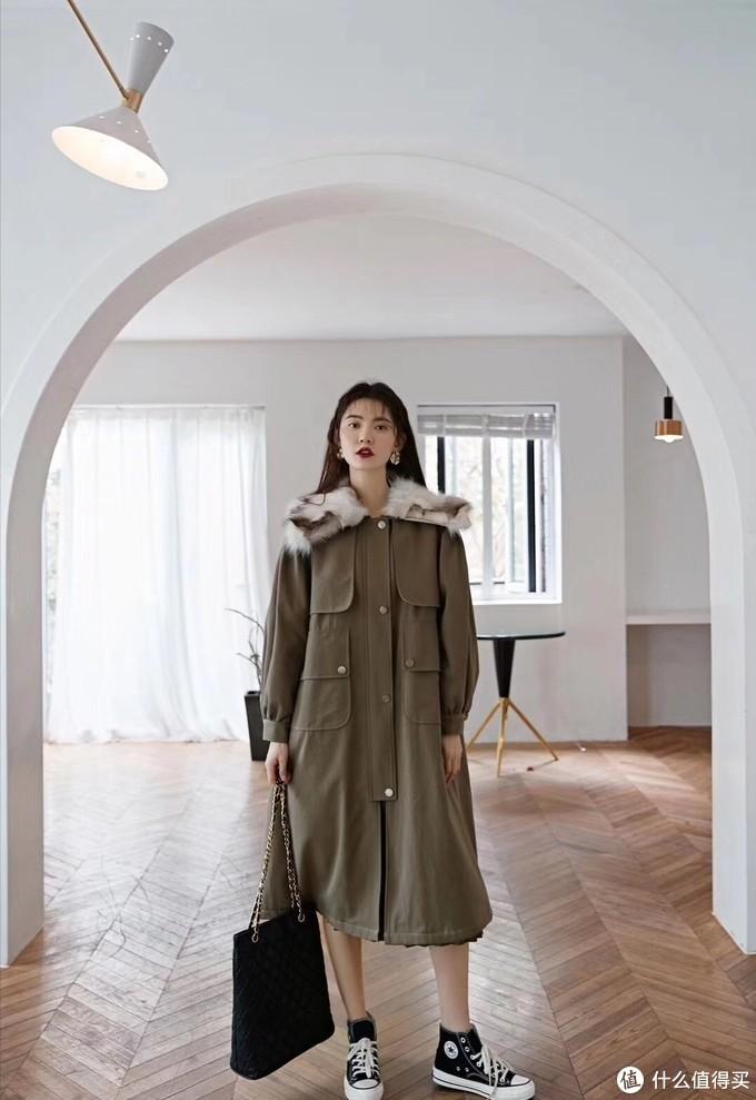 绿色毛领棉服 这款带点休闲风的棉衣,工装味道的版型很显利落,而且搭配起来也更加街头范儿!大毛领翻领的设计可以更显亲和力,穿起来又不失活力减龄的氛围,保暖与时尚并行!衣服的版型比较宽松,穿在身上很藏肉,同时也很方便,门襟处是细致的拉链+暗扣的闭合方式,双层保护很防风哦!两侧口袋好看又实用的。经典款不挑肤色不挑人能很好显瘦!加上真毛的领子满满的冬天味道!