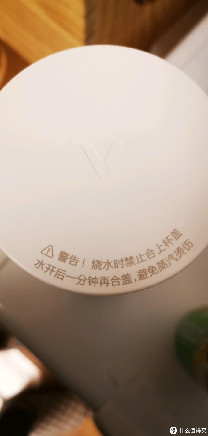 首先,这个杯子烧水必须是开盖的,因为它没有常规水壶的出气孔,这也很好理解,硬要盖上盖上盖子就是一个必定爆炸的便携高压锅了。