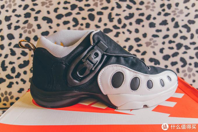 整个鞋的造型还是符合那个年代的特质的,个性