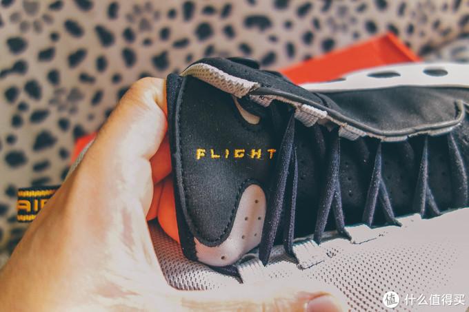 整个鞋舌和内靴是一体的,鞋舌是整体非常软的弹性伸缩材质