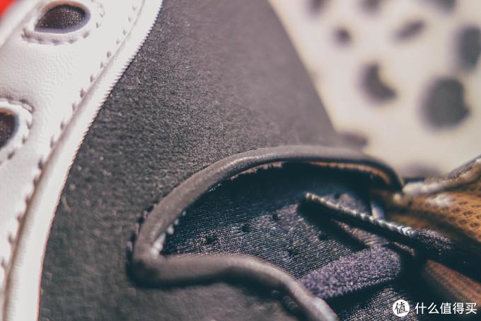 鞋带的这一整圈是反光材料,暗部有光的时候是反光的
