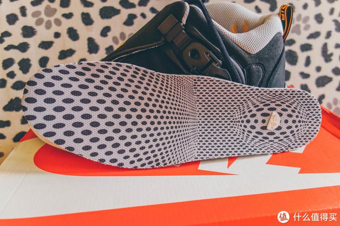 鞋垫也是完整还原的,有三重空间视觉的立体图案