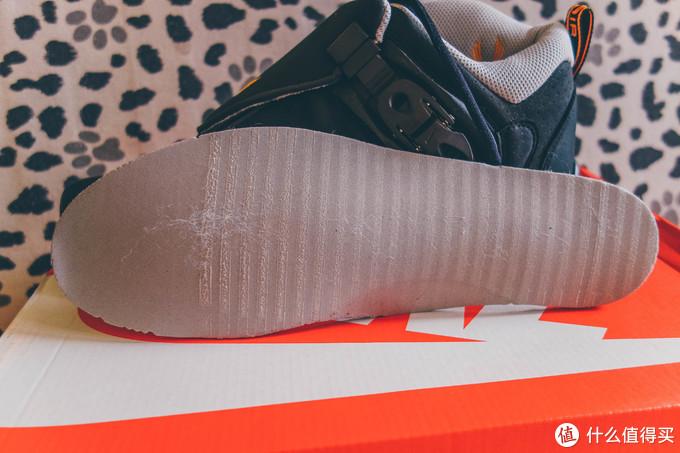 但是一看鞋垫的刷胶,这是现在的做工无疑