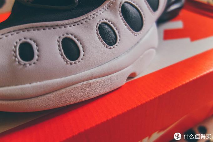 前部略微突出的外底是两种材料,上部是中底PHYLON,下部是鞋底橡胶材质上翻