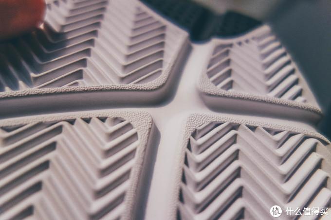 前掌有易弯折的开槽,整个鞋底的橡胶属于那种略偏软的橡胶,耐磨估计是有点不太强的