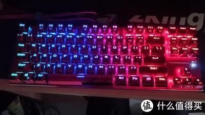 市面上应该再难找出像红蜘蛛这样大胆而极致配色的机械键盘,颜色纯粹而彻底,还有RGB灯光的加持,再添一分个性,一经推出就赚足了眼球。对于以黑色为主的机械键盘来说,太过刺激眼球的颜色并不是很明智的选择,毕竟一个大男生用这样一把键盘多少都有点怪异