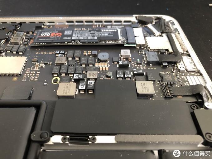 然后把电池的电源接回去,垫片原样贴回去