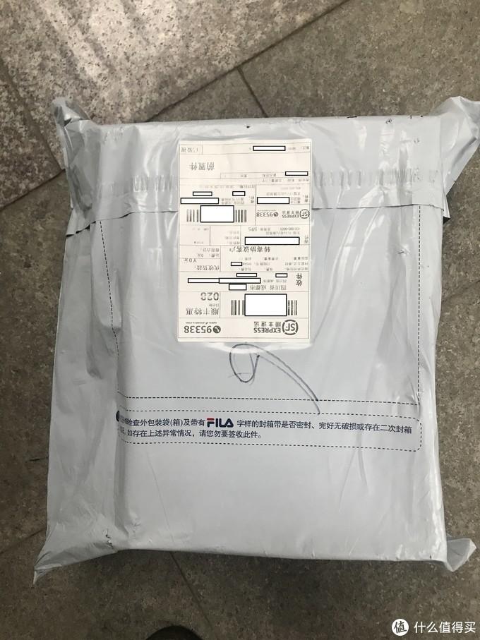 标准的快递塑料袋,只是上面加印了FILA的标识和相关文字信息
