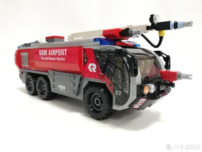 来看看用520片国产积木搭建的一台8格机场消防车的表现如何吧