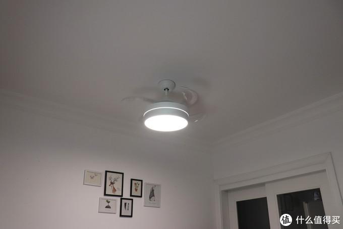 开灯下的扇叶伸出的吊灯效果