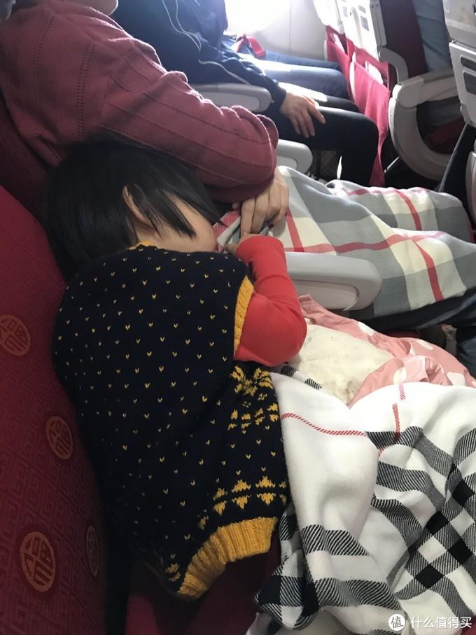 发现早航班还是有好处,吃饱后自己会乖乖睡觉,本还准备了她最喜欢的汪汪队,也没到用到。