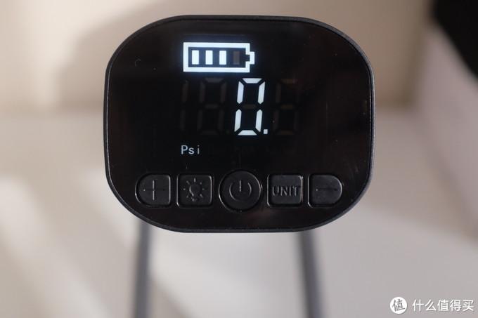 屏幕显示信息清晰,内容够用,一个电池容量,一个数值和对应单位。下面一排功能键。