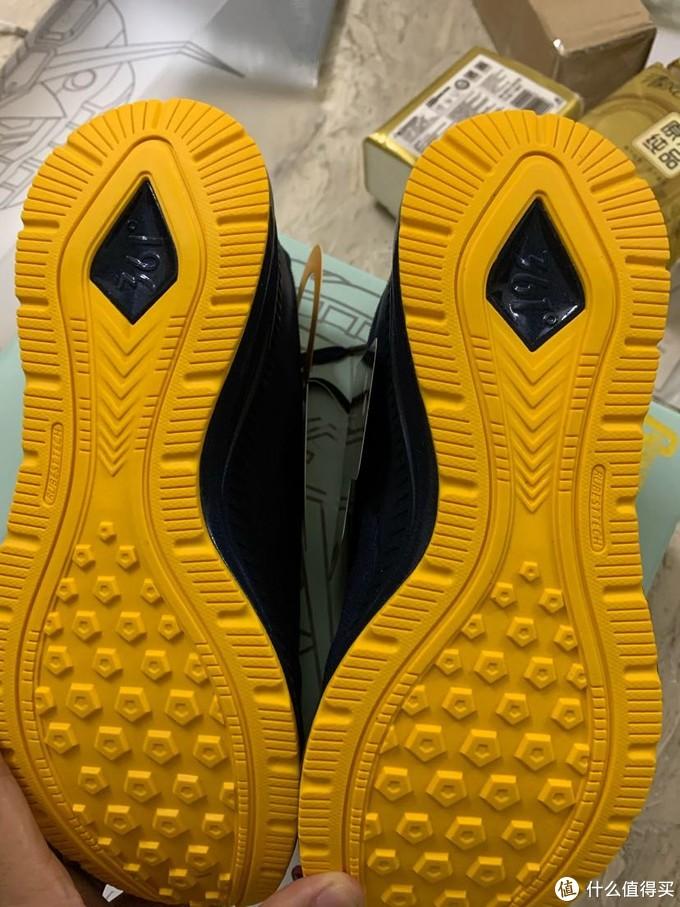 鞋底部分,质感不过,按压反馈很好。