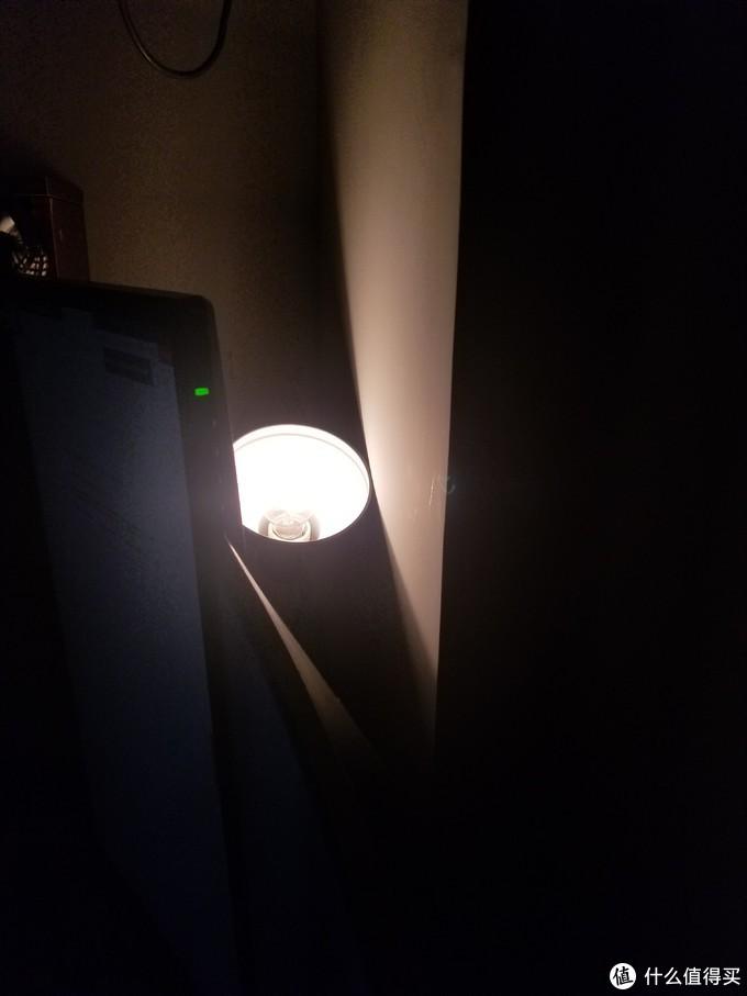 藏在显示器背后的灯