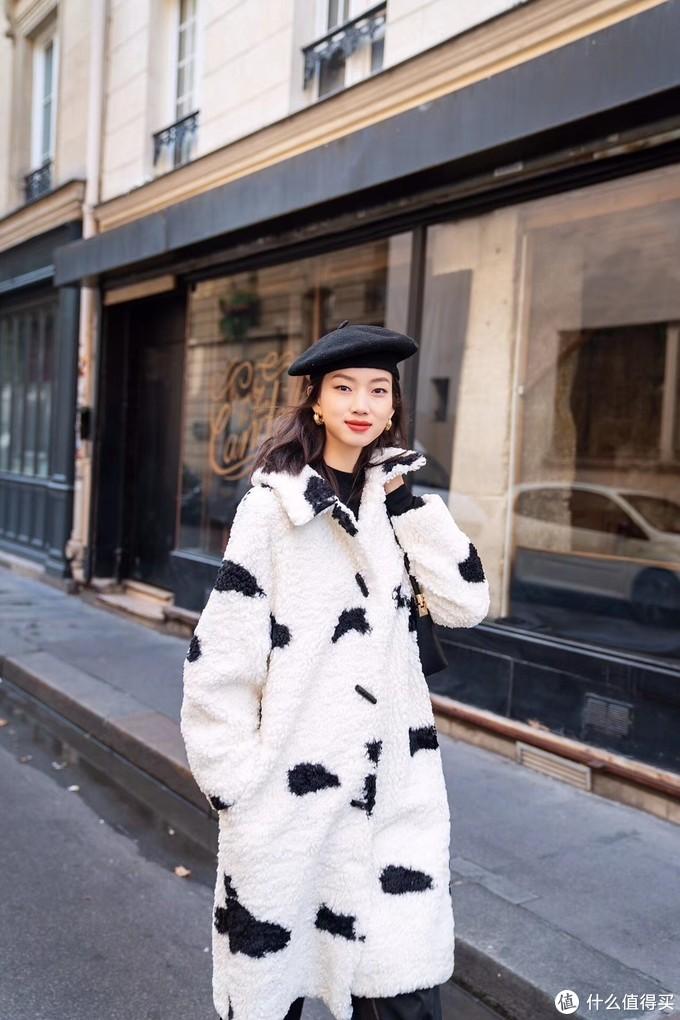 软软的羊羔毛大衣,冬季的标配单品。