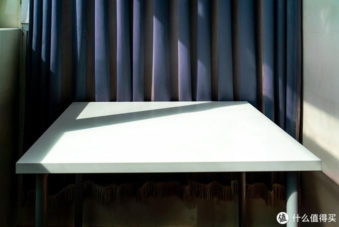 摆上简洁明快的小桌子