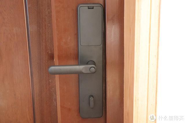 """简约智能门锁:扔掉钥匙,无惧""""小黑盒"""",守护家庭安全"""