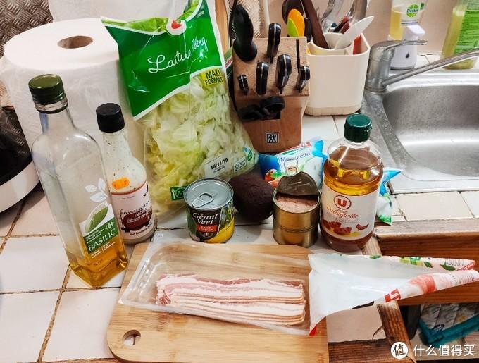 有九层塔油,日本芝麻沙拉酱,玉米,牛油果,金枪鱼,奶酪,玻璃生菜,意大利干番茄醋,培根