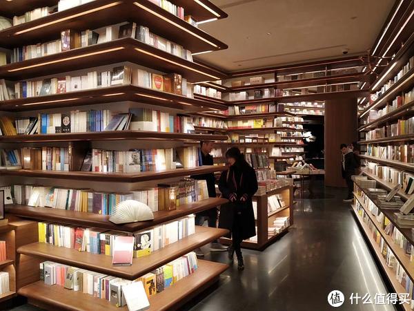 看整齐的带暖灯的书架都成了视觉享受