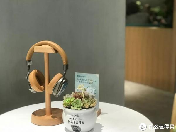 店里面这种耳机桌上随处可见