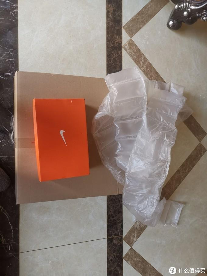 很夸张,一个鞋盒用这么大的包装