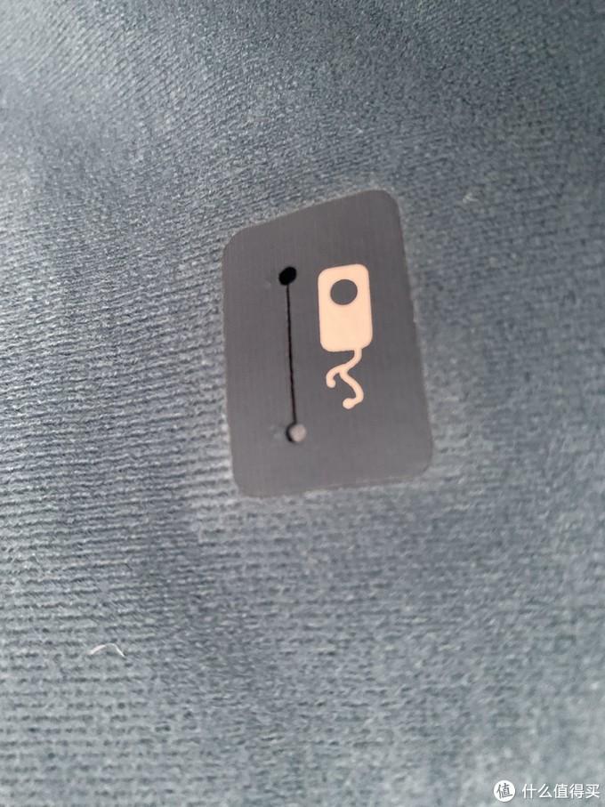 内侧胸口的耳机孔。手机放在外侧的口袋里,耳机线可以穿过这个孔到内侧。