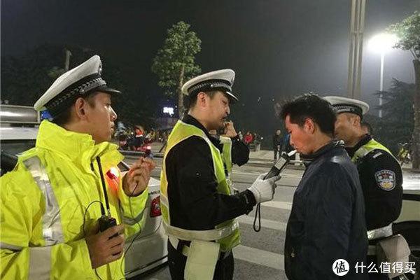 男子回家途中遇车祸,5200一年的保险被拒赔!报案时间晚了,不赔
