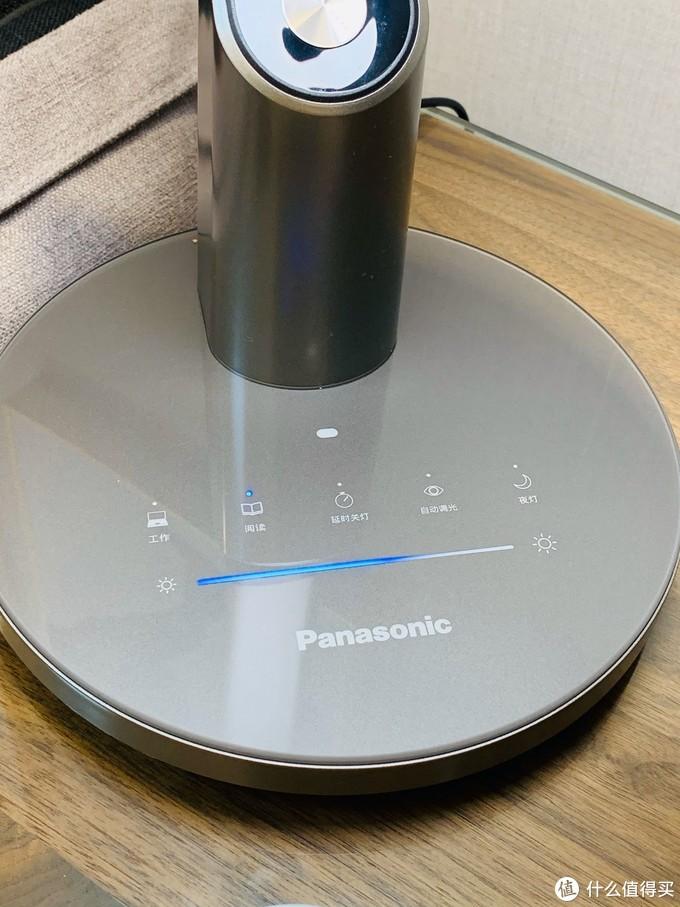 台灯上面没有传统按键,都是触摸的!下面的蓝色的可以无极调节。