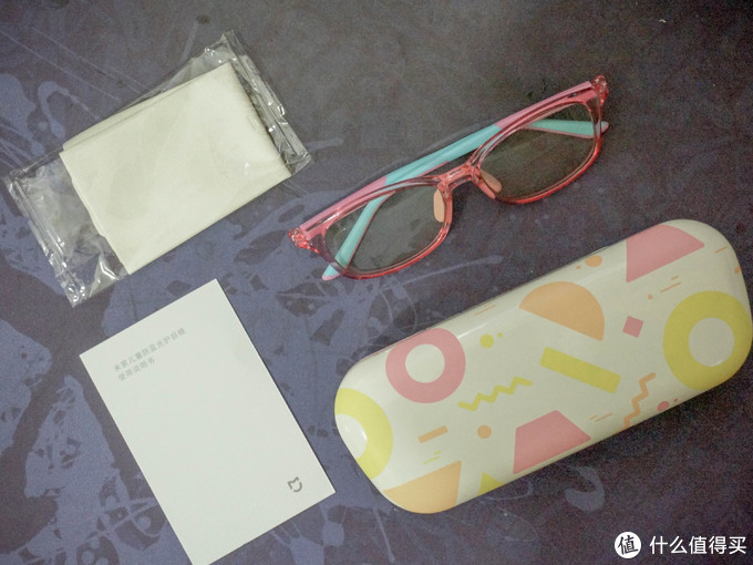 盒子打开,里面非常简洁,一份说明,一张擦镜纸,一个眼镜盒,一副眼镜