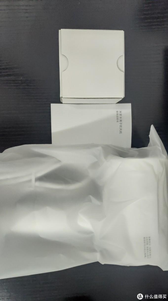 盒子里的全部物品,吹风机+说明书+配的吹风嘴