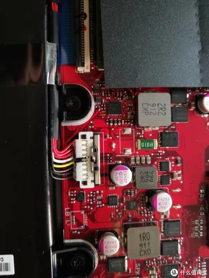 电池连接头特写,注意卡在白色塑料接头上有一个金属片,可以向风扇方向推开