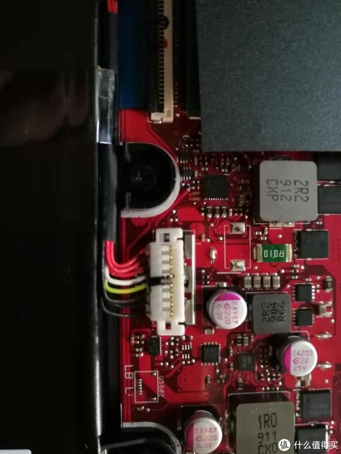 金属片推开后就可以把白塑料接头向上拔出,使电池与主板分离