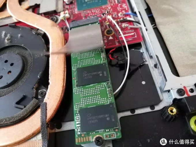 原配SSD上有一张塑料挡尘纸和一个导热贴,要轻轻揭下贴到新盘上