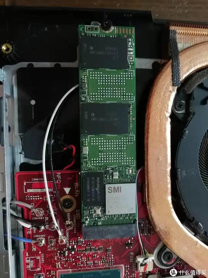 原盘上的商标纸粘在导热贴上一起揭掉了,正好能稍后直接贴硬盘盒带的导热贴