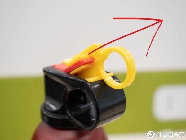 像上面图指示,拔掉黄色安全销,就可以开始对着火源一通乱扫