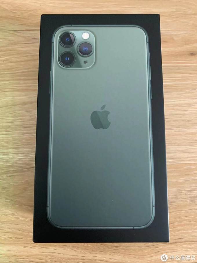 正面的包装风格也是多年不变了,略微凸起的手机背面图。