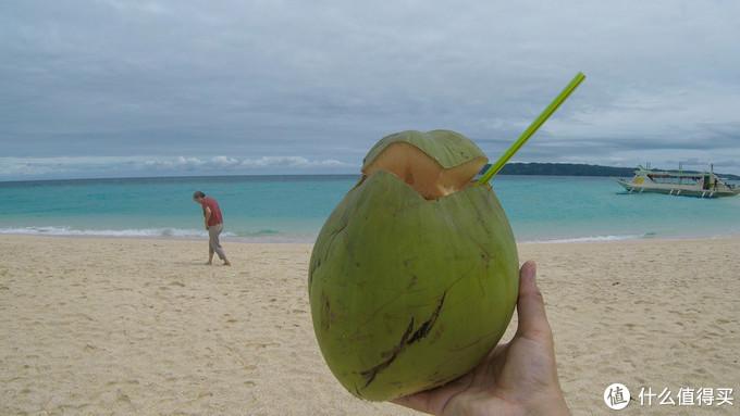 普卡海滩喝椰子