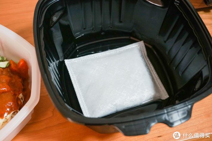 加热包放进底盒里并加水