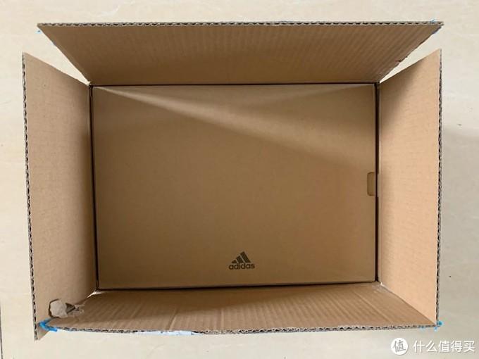 打开外包纸箱,内里的鞋盒大小刚好。