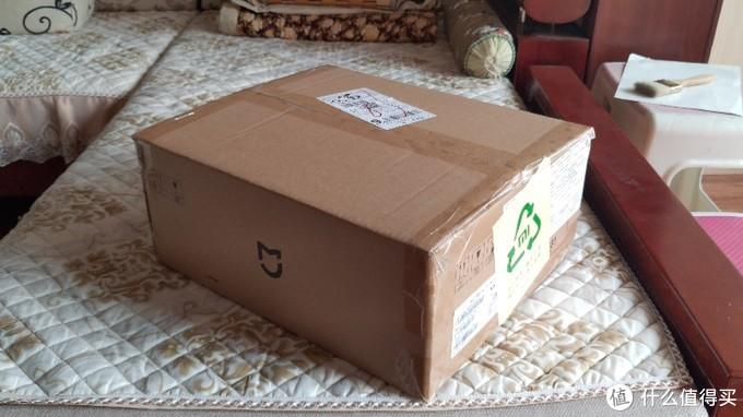 快递箱很大,上面是米家的 Logo