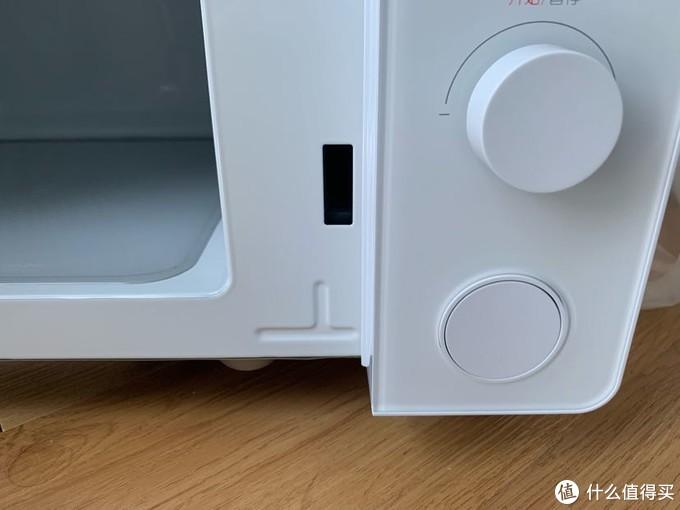 右下角圆形按钮,按下门自动打开,还是挺方便的。