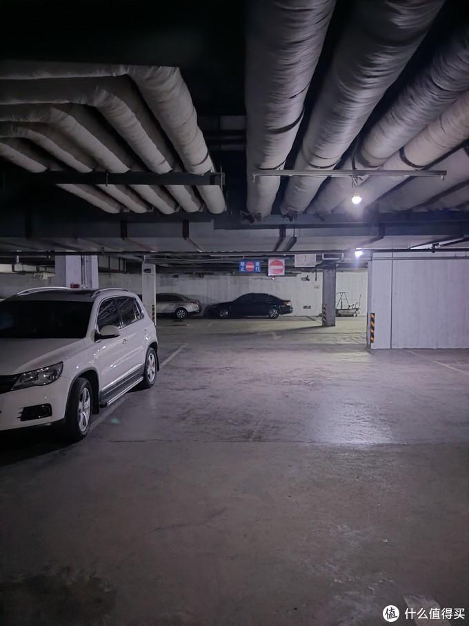 车库,黑乎乎的,照出来亮了许多