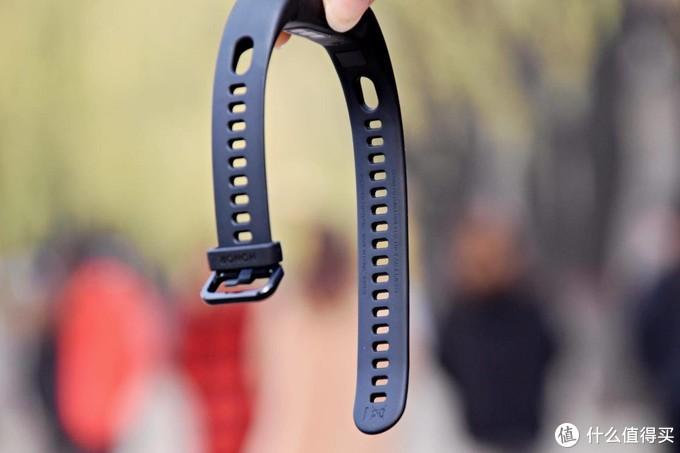 USB即插即充,没有充电焦虑的荣耀手环5i