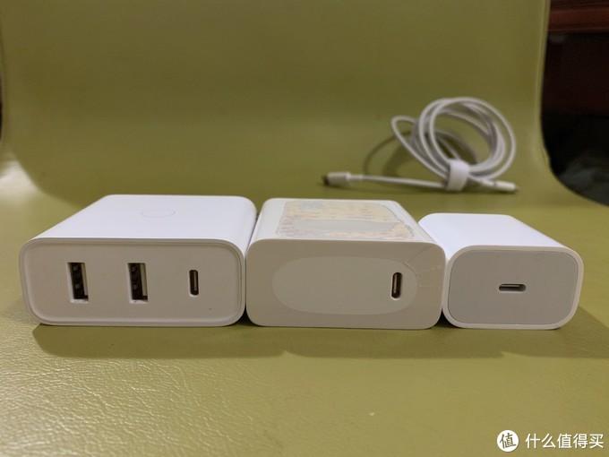 中间塑封包装没拆的就是MateBook 13的标配USB-C 65W充电器