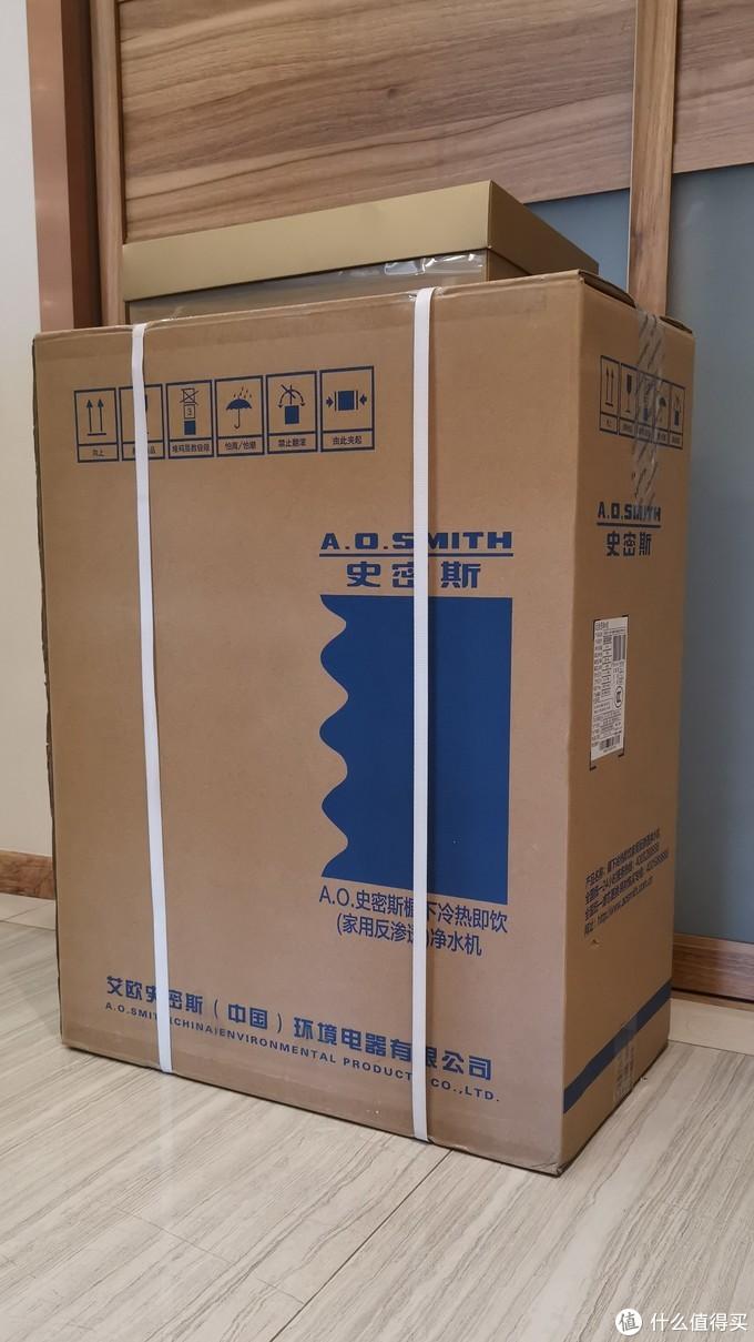 包装很大,里面泡沫减震很多,上面金色小盒子是赠品(浴巾)
