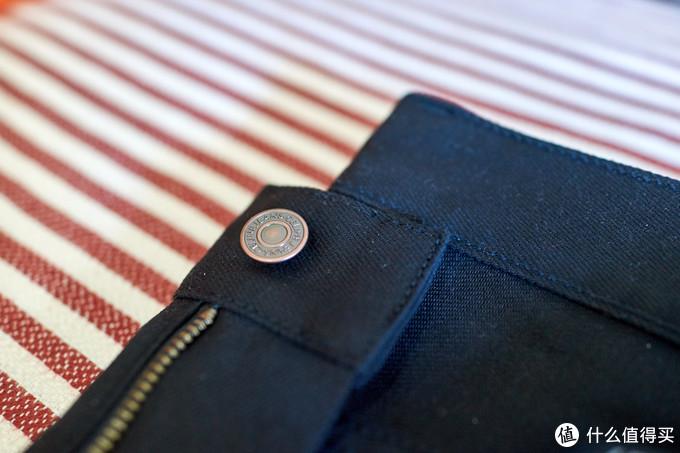 纽扣五金印着品牌标示Celine Jeans,背面印有数字19,估计是年份的意思吧,哈哈,瞎猜的。